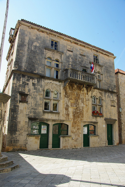 A Korcula Vrosi Mzeum (Gradski muzej Korcula) a vros ftern helyezkedik el, szemben a Szent Mrk Katedrlissal.