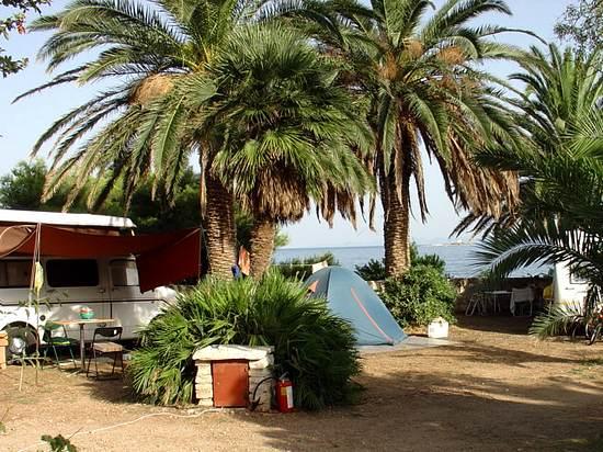 Az Orebić Glavna Plaza autóskempinget a Trstenica strand partján találjuk.