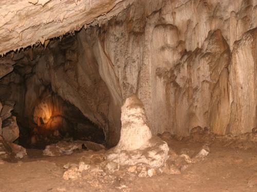 Nakovana falu körzetében található egy barlang, a Nakovana Spila.
