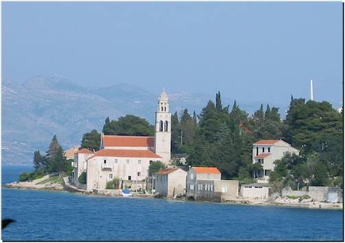 A Szent Miklós kolostor és templom az azonos nevű tengerparti sétány végében áll.
