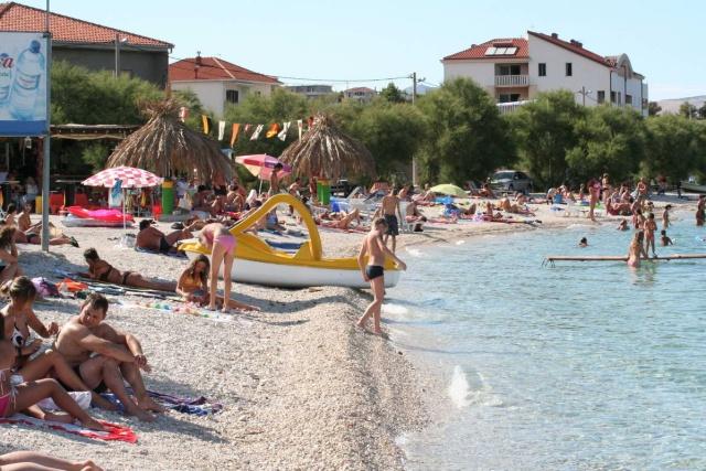 Slatine környékén számos sekély lagúna található, sziklás partszakaszok, köves és kavicsos strandok.