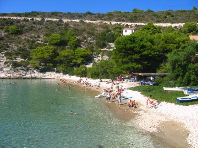 A Biševon lévő egyik legszebb strand a Porat öbölben található.