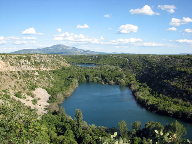 Két kilométerrel lentebb a Bilušića buk vízeséstől, a kanyon kijáratánál a Krka-folyó 400 méteresre szélesedik és 1300 méteres hosszúságban egy tavat képez. Ez a Ćorić-tó, más néven Bjelober- vagy Brljan-tó.