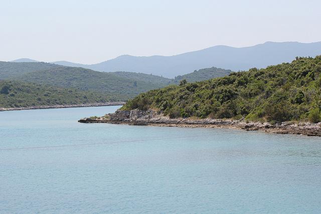 Loviste közelében számos sziklás és homokos strandolóhelyet találunk.