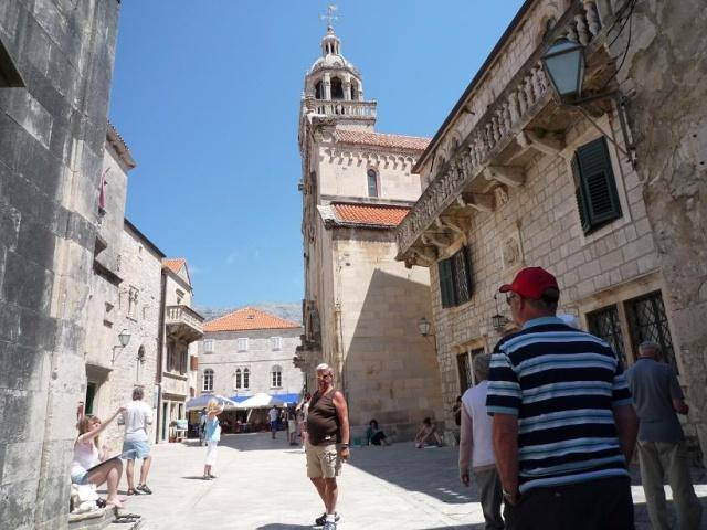 A domb tetején találjuk az óváros főterét a Pjaceta-t és a Szent Márk katedrálist.