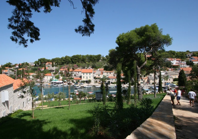 Maslinica az egyetlen falu, amely a sziget nyugati felén fekszik, egy öböl partján.