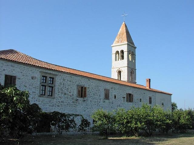 Kraj faluja ismert a XIV. századi  gótikus Szent Domnius (Sv. Duje) ferences rendi kolostoráról.
