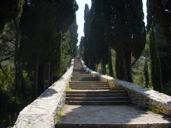 101 lépcsőfokot kell megmásznunk a Szent Antal kápolnáig, öreg ciprusok lombkoronája alatt.