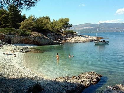 A Kava strandot a régi kis halászfalu Slatine mellett találjuk a Ciovo-sziget keleti sarkában.