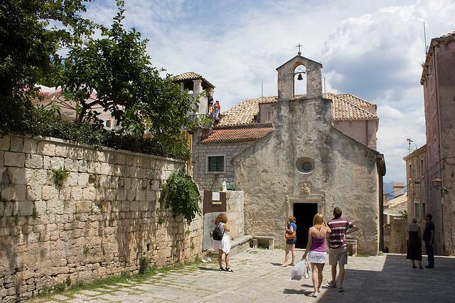 A IV. században épült a kis gótikus Szent Péter templom.