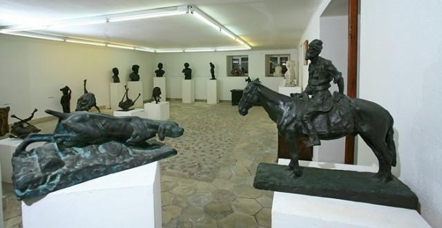 A Branislav Deskovic galéria Bol kikötője mellett található.