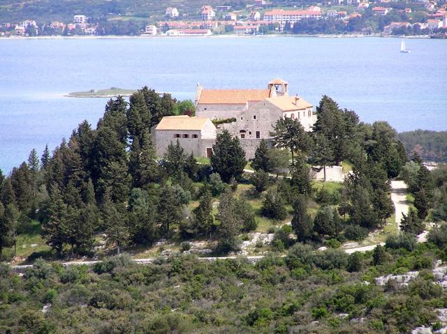 A Benedek-rendi Szent Kozma és Demjén kolostor a XII. században épült a Ćokovac-hegyen, Tkon faluban a Pašman szigeten.