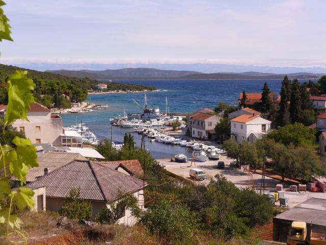 Žman egy festői kistelepülés, mezőgazdálkodó és halászati gyökerekkel.