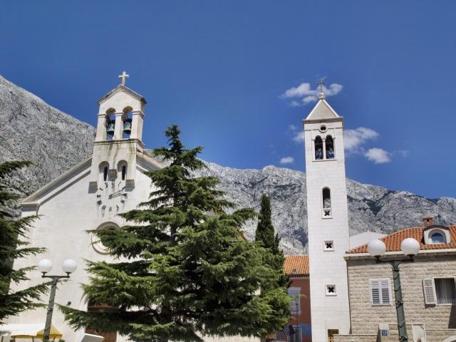 Baška Voda védőszentjének temploma a Szent Miklós plébániatemplom.
