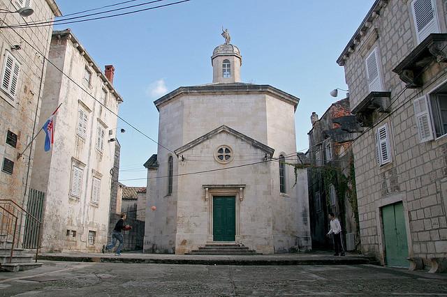 A Szent Jusztina templom egy kis eldugott téren áll.