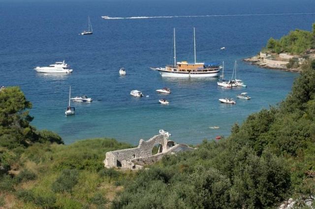 Postira  keleti részén, a Lovrecina öbölnél egy V. - VI. századi kora keresztény  bazilika romjai.