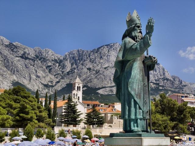 Baška Voda védőszentjének, Szent Miklósnak a bronzszobra.
