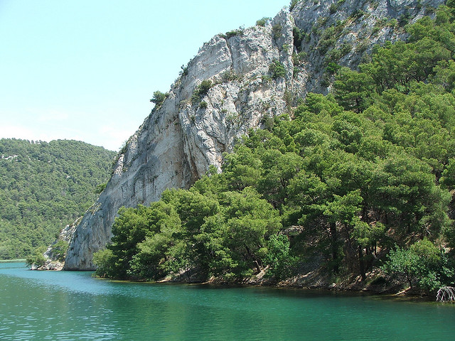 A Krka-folyó völgyének napjainkban látható formája a tektonikus mozgások és  a kalcium karbonát rétegekben végbemenő karsztos felépülés eredménye.