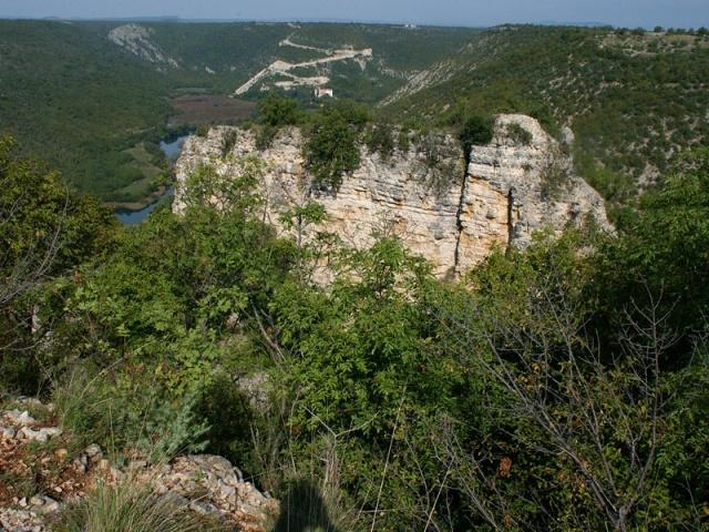 A Bogočin-erőd a Krka-folyó bal partján épült.