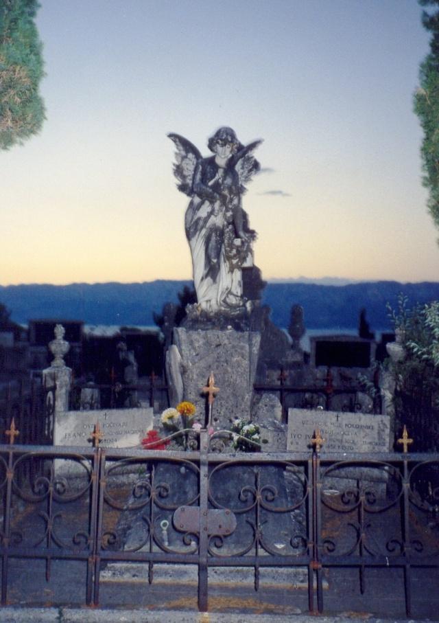 Számos magas művészeti értéket képviselő síremlék látható a temetőben, mint például a spliti Pavle Bilinić műhelyében készült szobrok.