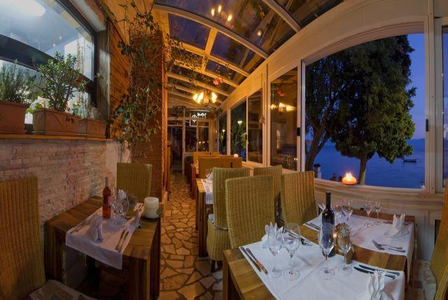 A tenger mellett lévő Marco Polo Hotel étterme, Gradac