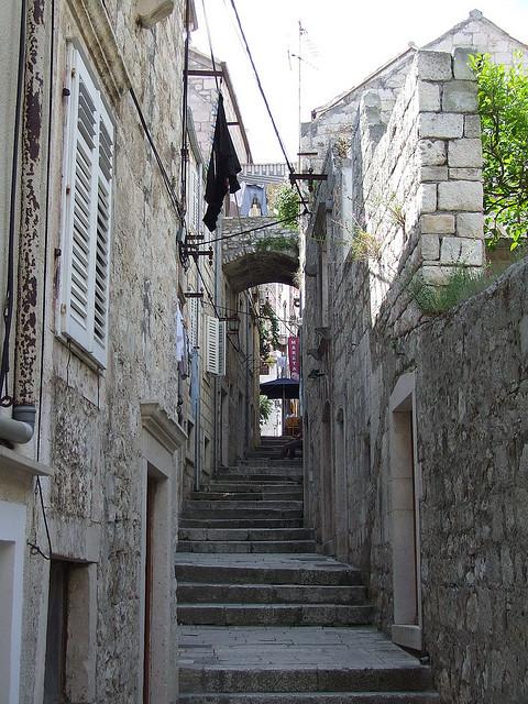 Lépcsőzetes utcák Korcula óvárosában.
