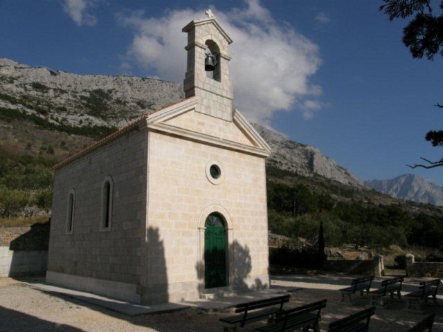 Ribičići-ben található a Biokovo-hegy lábánál az 1906-ban épült Szent György (St. Jurja) templom.