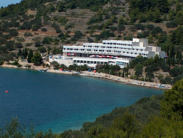 Az Adria szálloda a festői Plitvine-öböl partján áll, 2 és fél km-re Vela Luka központjától.