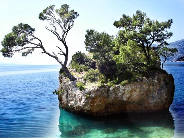 Brela szimbóluma a Kamen Brela, amely egy kis sziklasziget nem messze a tengerparttól.
