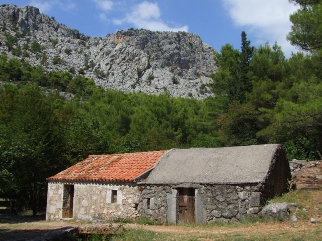 A XIX. század első felében hét vízimalom épült a Velika Paklenica folyó mentén, melyek a park főbejárata és a Paklencia hegyi menedék között találhatóak.