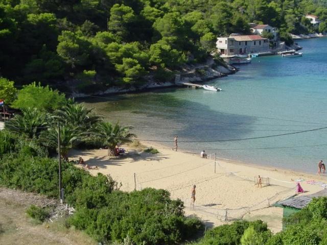 Az egyik népszerű strand a Stončica, partja homokos.