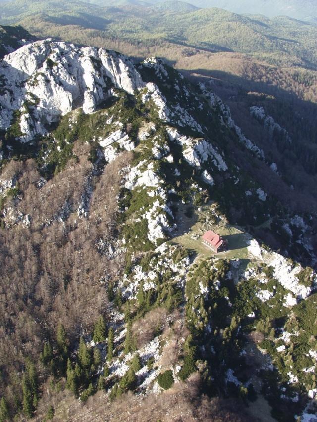 A Risnjak-hegy orma büszkén emelkedik ki az erdők összefüggő zöldjéből.