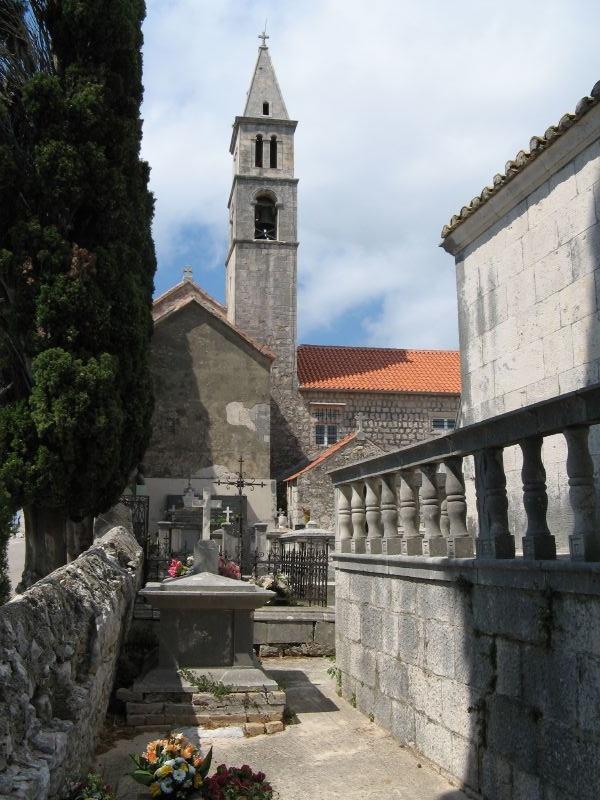 Ferences rendi kolostor és az Angyalok Nagyasszonya templom.