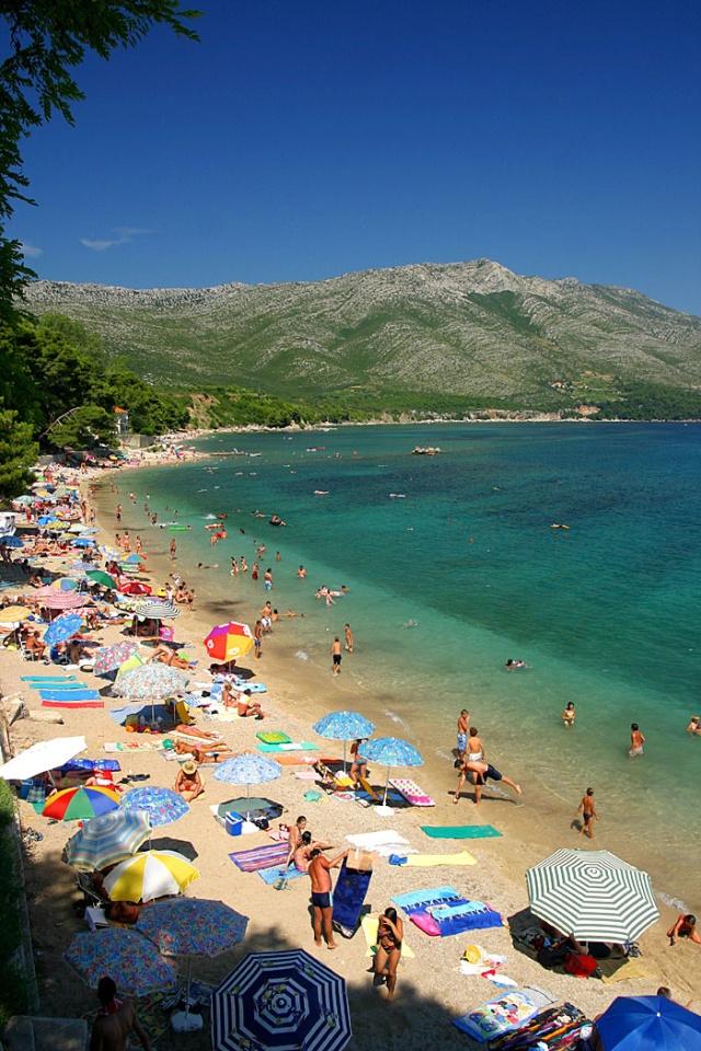A Trstenica strandon homokos és kavicsos partszakaszokat is találhatunk.  A közel 1 km hosszúságban húzódó strandot Orebić keleti felén találjuk.