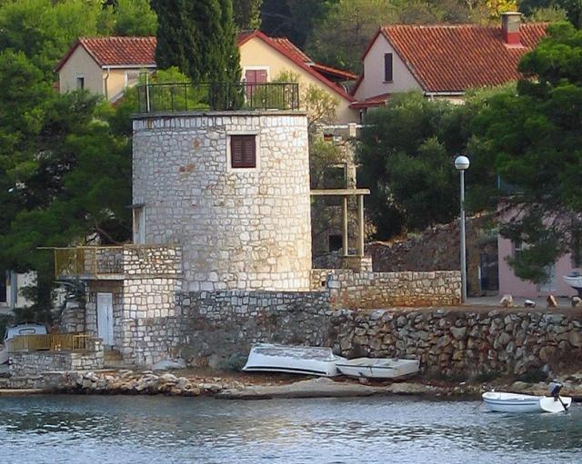 Öreg malom (Mlin na vjetar) a kikötő déli oldalán, Stari Grad