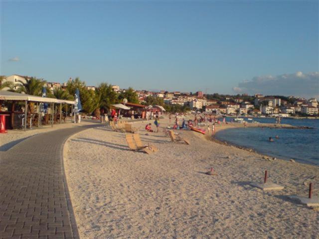 Az Okrug Gornji strand a Ciovo-sziget egyik legismertebb strandja.