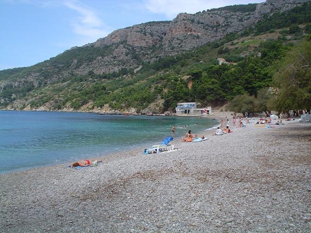 Komiza leglátogatottabb strandja a Gusarica.