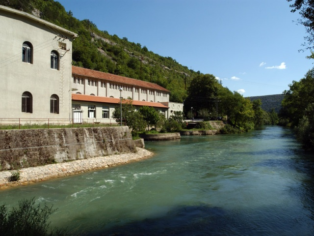 A régi Krka-i vízierőmű épülete a Skradinski buk vízesésnél található a Nemzeti Park közepén.