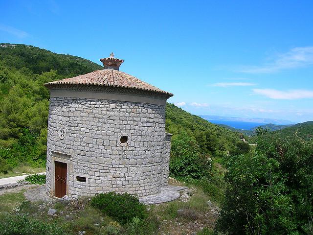 A Miasszonyunk Panasza templom a XVII. században épült, a Vis és Komiža közötti út mentén.