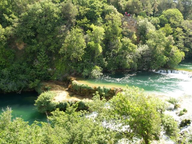 A karsztos folyóvizek legismertebb travertin alakzatai a víz alatti  lépcsők, küszöbök és gátak, amelyek a karszt zúgók, vízfüggönyök alján  keletkeznek.