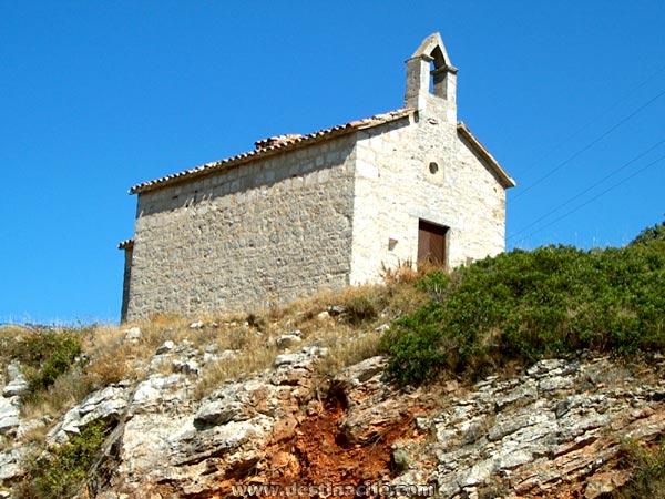 A Szent Mihály templom a Vis-be vezető úttól nem messze.