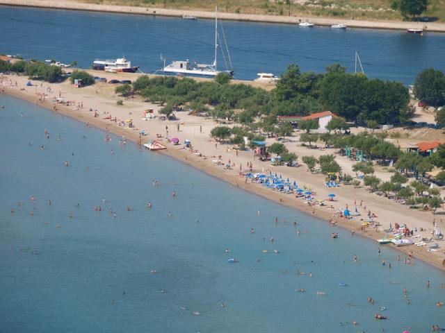 Omis strandja a Velika Plaza