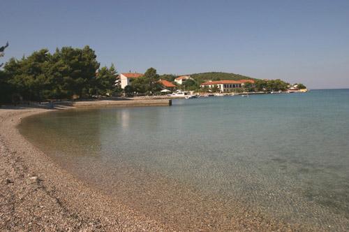 Loviste széles körben ismert gyönyörű strandjait kis öblökben találjuk.
