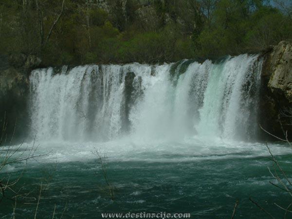 Az ősi egyszerűsége és a misztikus megközelíthetetlensége miatt a Rošnjak vízesést oltárnak is nevezik.